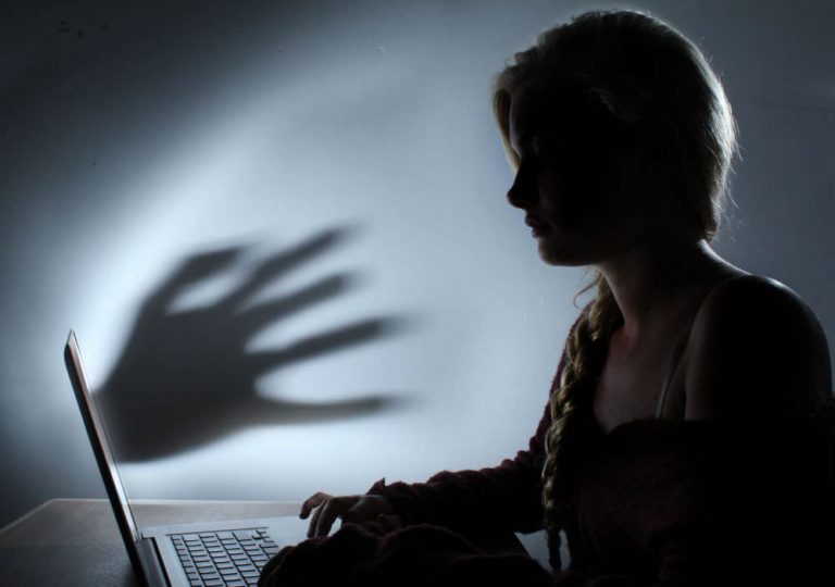 Menjadi Budak Teknologi Penjajahan Media Sosial